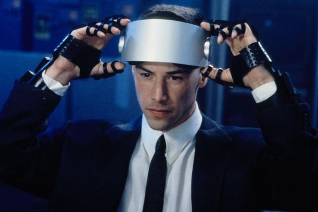 현재의 VR 기기를 예측한 '코드명 J' - 트라이스타 픽쳐스 제공